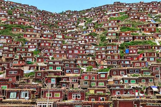 Những ngôi nhà xếp chồng xếp lớp với nhau tạo thành một tổng thể vô cùng kỳ diệu ở Kham, Tibet.