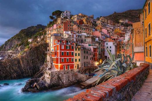 Ngôi làng đầy màu sắc ở Riomaggiore, Ý.