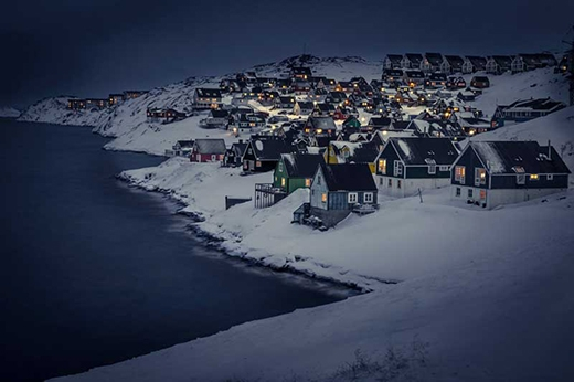 Khung cảnh ban đểm ở ngôi làng Myggedalen, Greenland
