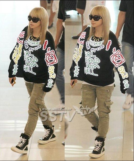 """Một lần khác, chiếc áo thun nhiều dòng chữ phản cảm như """"F*uck Everything"""", """"Girl Friend From Hell"""", """"Cut Here-Take My Tits"""",… đã mang lại cho CL khá nhiều rắc rối. Cư dân mạng chỉ trích cho rằng CL hoàn toàn hiểu rõ những từ ngữ này nhưng vẫn quyết định mặc, điều này có thể ảnh hưởng khiến các fan nhỏ tuổi bắt chước."""