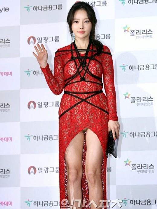 """Han Se Ahgây chú ý khi xuất hiện tại thảm đỏ Daejong với bộ váy ren ôm sát và quấn dây quanh ngực. Không chỉ có vậy, nội y của cô nàng nhiều lần """"lấp ló"""" trước chiếc đầm thiếu vải phía trước."""