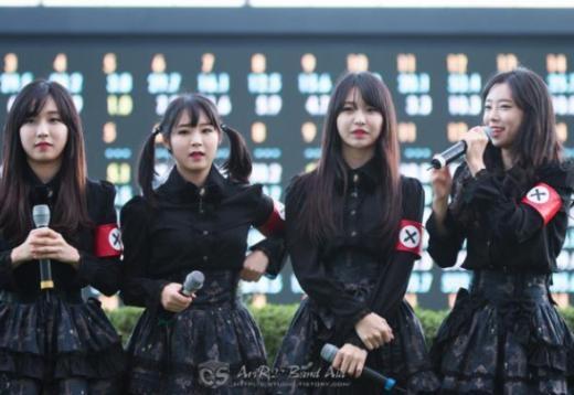 Chiếc băng bên tay của các thành viên Pritz làm gợi nhớ đến những thành viên của Đức quốc xã trong Chiến tranh thế giới thứ hai bị chỉ trích nặng nề. Cư dân mạng sợ rằng việc này sẽ làm dấy lên cuộc tranh cãi chính trị nếu như các nước phương Tây nhìn thấy nên đã lên tiếng kêu gọi tẩy chay logo cũng như Pritz.