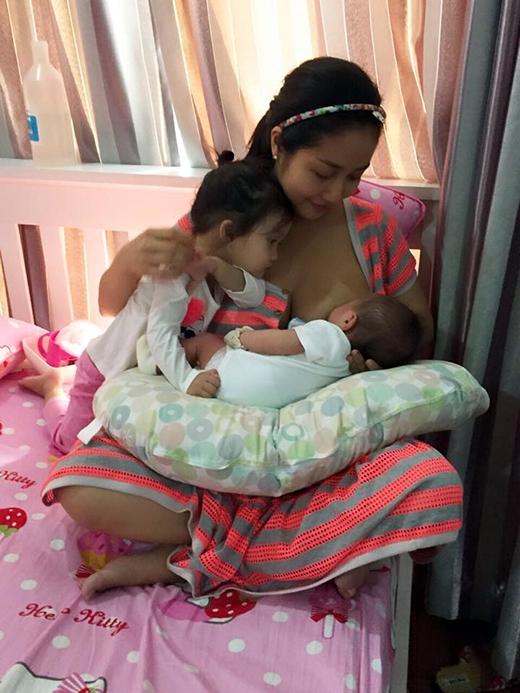 Trong khi các sao Việt khác đang lao mình vào công việc hoặc tận hưởng những thú vui riêng thì Ốc Thanh Vân lại bình yên bên 3 đứa con nhỏ của mình. Hình ảnh gần gũi và bình dị này của 3 mẹ con nhận được nhiều sự quan tâm đặc biệt của người hâm mộ.
