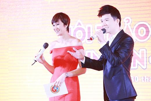 Nathan Lee còn vui vẻ tung hứng với Phương Mai khi cô làm MC cho chương trình, khiến không khí trở nên vui tươi hơn bao giờ hết. - Tin sao Viet - Tin tuc sao Viet - Scandal sao Viet - Tin tuc cua Sao - Tin cua Sao