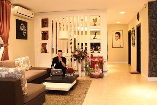 Phòng khách rộng với ánh sáng vàng, tạo sự ấm cúng cho căn nhà. Khác với mọi năm, Cao Thái Sơn thường đi diễn hoặc về Hà Nội đón Tết cùng gia đình, tuy nhiên, năm nay, anh ở lại Sài Gòn đón Tết đầu tiên trong căn nhà mới. - Tin sao Viet - Tin tuc sao Viet - Scandal sao Viet - Tin tuc cua Sao - Tin cua Sao