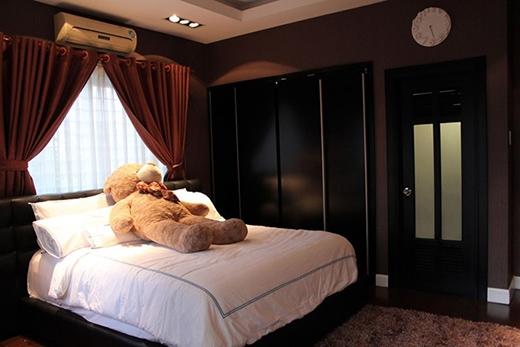 Phòng ngủ của nam ca sĩ được trang trí màu tối tạo cảm giác dễ ngủ, ấm áp. - Tin sao Viet - Tin tuc sao Viet - Scandal sao Viet - Tin tuc cua Sao - Tin cua Sao