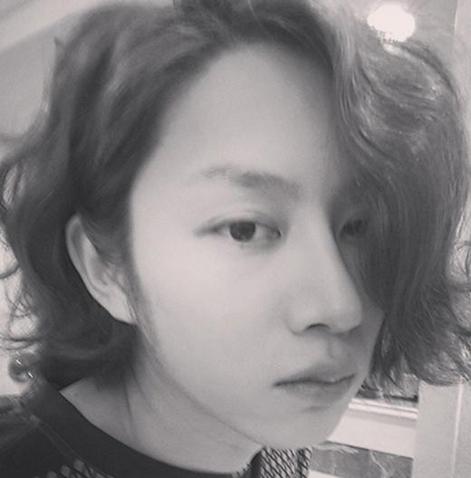 Heechul đầu bù tóc rối chiêu đãi fan một tấm ảnh tự sướng. Các fan còn khen Heechul xinh hơn con gái.