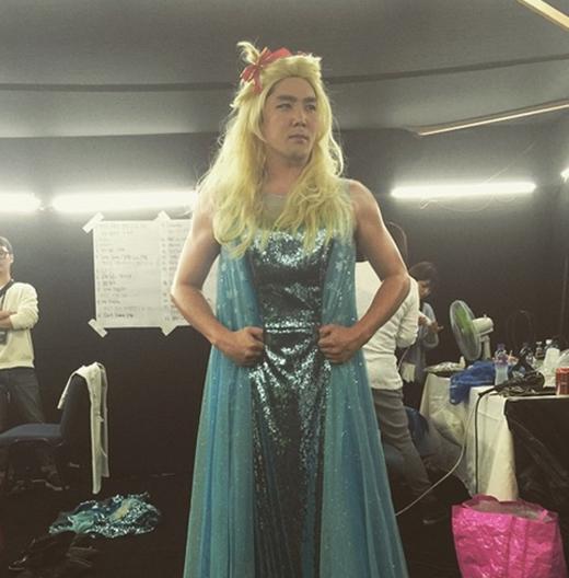 Kang In khoe hình hóa trang thành công chúa trong hậu trường concert tại Macau