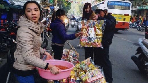 Hồng và bạn đi bán cá vàng và đồ hàng mã trong ngày ông công ông táo trên phố Trần Xuân Soạn (Hà Nội).