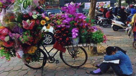 """Một cô bé buồn vì ế hàng, người bạn cùng bán hoa giả với cô bé cho biết: """"Từ sáng tới giờ chúng cháu chưa bán được đồng nào""""."""