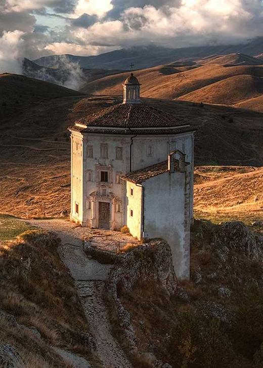 Một nhà thờ bị bỏ hoang có tên Santa Maria della Pietà ở Abruzzo, Ý