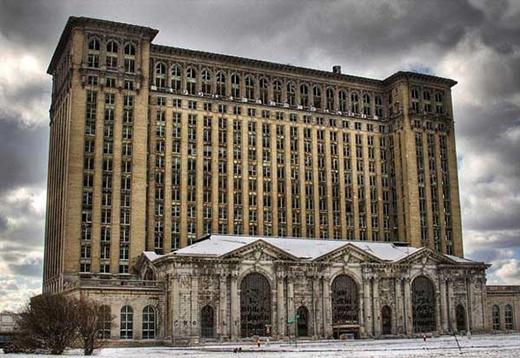 Đây là nhà ga trung tâm Cavernous ở Detroit ,Michigan. Thật đáng tiếc là không ai sử dụng nó nữa.