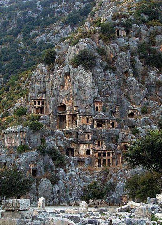 Sự mục tàn bên trên một dãy núi đá bị bỏ hoang.