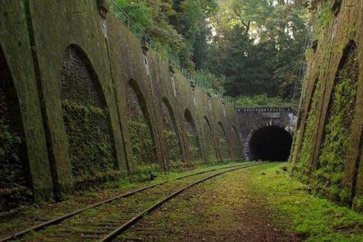 Thêm một đường sắt bị bỏ hoang ở Paris.
