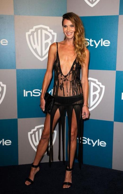 """Erin Wassoncùng chiếc váy đen """"tả tơi"""" của mình xuất hiện tại lễ trao giảiQuả cầu vàngnăm 2012 đã khiến không ít người phải """"nhíu mày""""."""