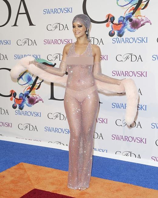 """TạiCFDAnăm ngoái,Rihannađã khiến cả thế giới """"hốt hoảng"""" vì trang phục xuyên thấu được thiết kế với hàng ngàn viên pha lê đính cùng nhau. Nữ ca sĩ bước lên thảm đỏ với cơ thể được """"trưng bày"""" hoàn toàn cho công chúng """"thưởng lãm""""."""