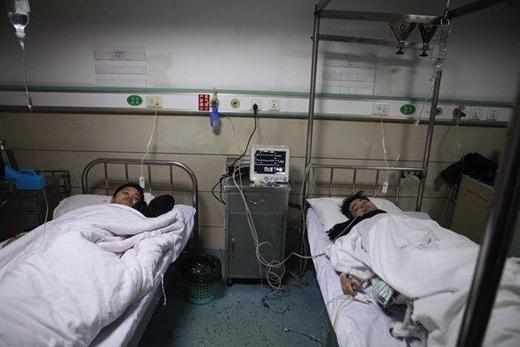 Những người may mắn thoát chết đang điều trị tại bệnh viện.