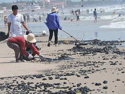 Dầu vón cục dày đặc ở biển Vũng Tàu
