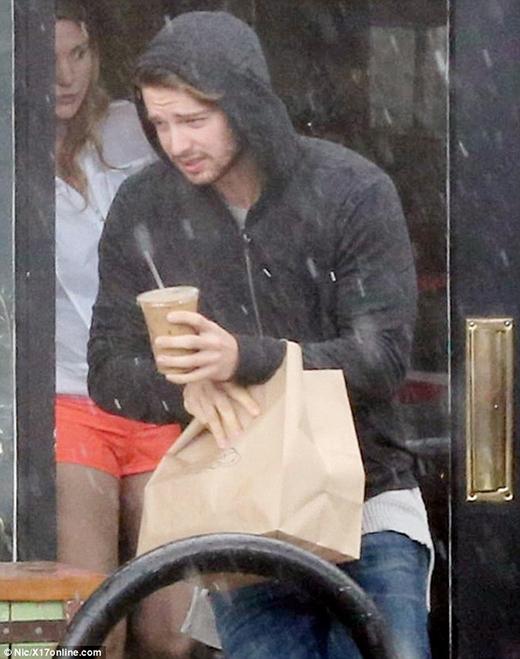 Patrick không ngại mưa lớn, dầm mưa mua thức ăn cho Miley