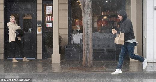 Bạn trai dầm mưa, yêu chiều Miley Cyrus hết mực