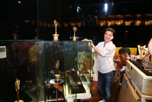Mr Đàm hãnh diện khoe bộ sưu tập giải thưởng đồ sộ - Tin sao Viet - Tin tuc sao Viet - Scandal sao Viet - Tin tuc cua Sao - Tin cua Sao