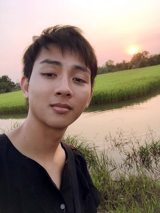 Hoài Lâm đăng ảnh bình dân bên cánh đồng lúa ở nông thôn rất hợp với tính cách của anh chàng. Dù đã trở thành sao nổi tiếng của showbiz, tuy nhiên Hoài Lâm vẫn luôn gắn liền với hình anh bình dị, mộc mạc và giản dị nhất từ trước của mình.