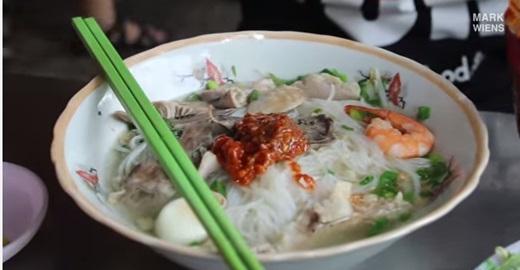 Khách Tây tiết lộ 15 món nhất định phải thử khi đến Sài Gòn