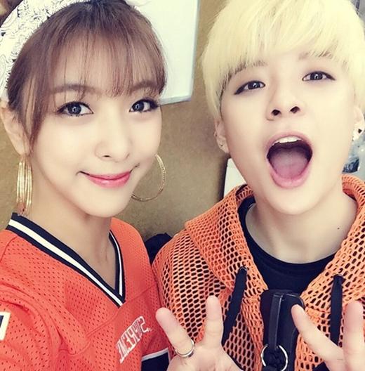 Luna đăng tải hình cùng Amber trong màn trình diễn song kiếm hợp bích - Shake That Brass