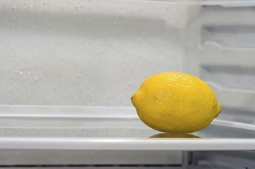 Và nếu như tủ lạnh của bạn cũng có mùi khó chịu, để một nửa trái chanh ở bên trong tủ sẽ giúp bạn đánh bật mùi hôi của tủ lạnh.