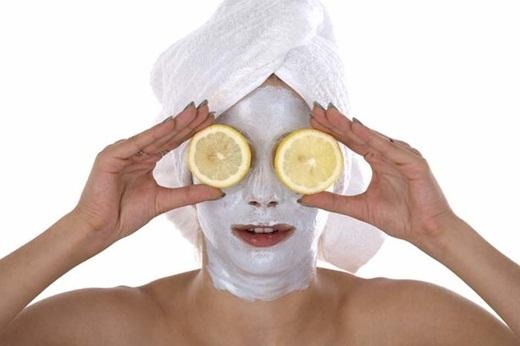 Chanh có thể giúp bạn làm khô đầu mụn hay loại bỏ mụn đầu đen hiệu quả. Nhúng 1 chiếc khăn nhỏ vào nước chanh và chà nhẹ lên vùng da cần chữa trị.