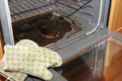 Sau khi nấu cá hay các loạithực phẩmcó mùi khác trong lò nướng, hãy bỏ một trái chanh vào để đánh bay các mùi thực phẩm khó chịu.