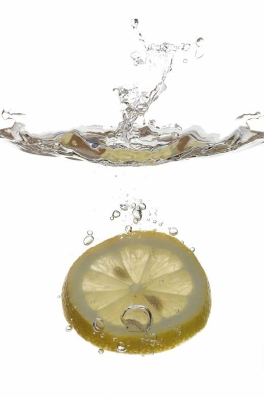 Bỏ một chút nước chanh khi giặt đồ sẽ giúp cho quần áo của bạn trắng sáng hơn và có mùi thơm tươi mát dễ chịu.