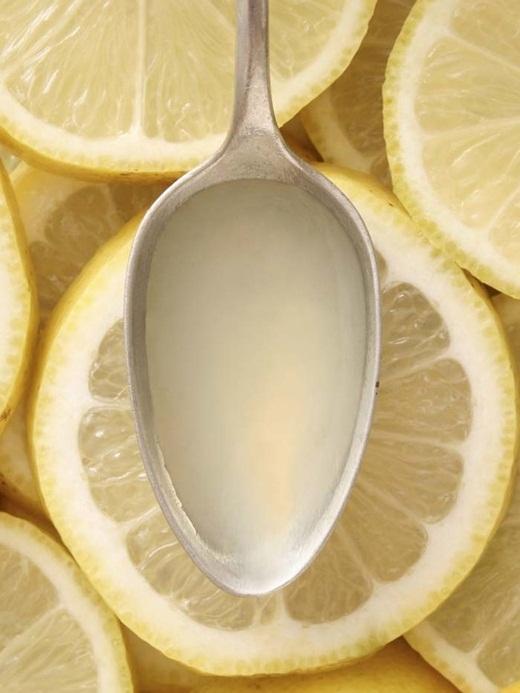 Các sản phẩm làm sạch có chứa giấm thường để lại mùi khó chịu sau khi sử dụng. Bạn có thể trung hòa nó bằng một ít nước chanh để giảm mùi chua từ giấm.