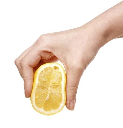 Việc dùng ngón tay chà nhẹ ở 2 bên viền trái chanh sẽ giúp bạn dễ dàng có được nhiều nước chanh khi vắt hơn so với thông thường.