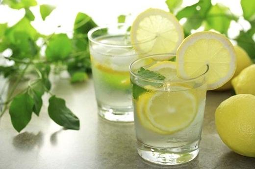 Bỏ những lát chanh vào ly nước lọc là giải pháp tuyệt vời giúp bạn bổ sung vitamin C ngay tức thời.