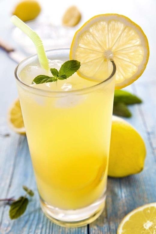 Một ly nước chanh vào buổi sáng cócông dụnggiúp bạn tăng cường hệ miễn dịch của bạn, giảm cân và làm đẹp da.