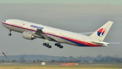 Sáng ngày 8/3/2014, máy bay Boeing 777-200 số hiệu MH370 cất cánh rời Kuala Lumpur, Malaysia, lúc 0h41 để đến Bắc Kinh, Trung Quốc. Tuy nhiên, đến giờ hạ cánh tại sân bay Bắc Kinh, người ta vẫn không thấy máy bay đến. Malaysia Airlines sau đó tuyên bố máy bay MH370mất tích. Hãng hàng không cho biết máy bay bị mất liên lạc sau khi cất cánh 1 tiếng. Lúc này, tín hiệu radar cho thấy máy bay ở gần vùng thông tin bay của TP HCM. Ảnh minh họa: AP