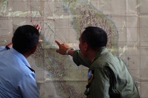 Các quan chức không quân Indonesia khoanh vùng tìm kiếm ở eo biển Malacca, vùng biển giữa Indonesia và Malaysia ngày 12/3. Sau một thời gian tìm kiếm vùng biển Việt Nam, Malaysia công bố dữ liệu từ vệ tinh quân sự cho thấy MH370 bất ngờ chuyển hướng, từ lộ trình về phía bắc sang hướng tây. Do vậy, cuộc tìm kiếm chuyển hướng sang vùng biển phía tây Malaysia. Chính phủ Malaysia đã đối mặt với nhiều chỉ trích dữ dội do cung cấp thông tin mâu thuẫn và có kẽ hỡ về vùng tìm kiếm MH370, do khu vực mới cách xa đường bay dự định. Ảnh: AFP