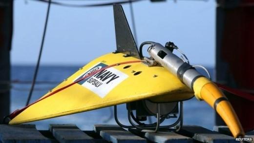 Từ đầu tháng 4/2014, các tàu Australia và Trung Quốc bắt đầu sử dụng thiết bị dò âm dưới nước dùng để phát hiện tín hiệu ping phát ra từ hộp đen máy bay. Tuy nhiên, giới chức Australia ngày 29/5 cho biết nỗ lực này không đạt kết quả gì, đội tìm kiếm chuyển sang đánh giá lại các dữ liệu, sử dụng các thiết bị chuyên dụng và tàu lặn để tìm kiếm dưới biển. Ảnh: Reuters