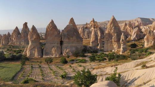Ống khói tiên được tìm thấy ở vùng Cappadocia, Thổ Nhĩ Kỳ. Hàng triệu năm trước, núi lửa phun trào tro bụi bao phủ mặt đất. Nước mưa và sức gió làm xói mòi lớp tro bụi mềm bên trên, để lại phần bazan cứng hơn và hình thành các ống khói. Ảnh: Benh Lieu Song