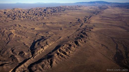 Đứt gãy San Andreas, một dạng đứt gãy chuyển dạng lục địa, chạy dài 1.300 km, cắt qua bang California, Mỹ. Vết nứt gãy bắt đầu hình thành từ hơn 30 triệu năm trước, khi hai mảng kiến tạo lớn Thái Bình Dương và Bắc Mỹ va chạm với nhau. Một trận động đất lớn có thể tác động đến khu vực này trong vài thập niên tới.Ảnh: Alamy