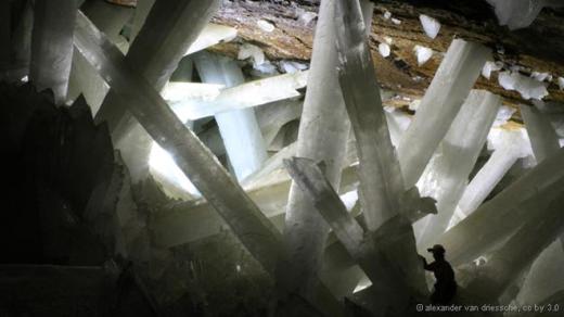 Hang động này chứa các tinh thể thạch cao lớn và có hình dạng như những thanh kiếm. Nó nằm sâu dưới mỏ Naica, thuộc bang Chihuahua của Mexico. Các tinh thể có thể hình thành khi dòng nước ngầm chứa thạch cao chảy qua hang động, chịu sức nóng và làm mát từ dòng dung nham phía dưới. Một số khối lớn có thể đã hơn 500.000 năm tuổi. Ảnh: Alexander Van Driessche