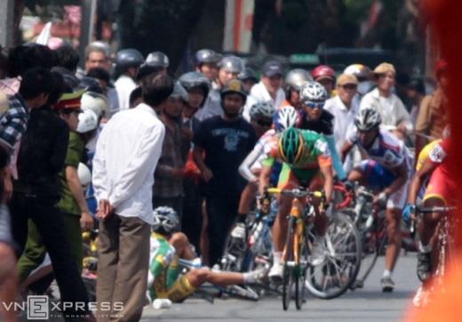 Vụ tai nạn liên hoàn khi các tay đua sắp về đích tại Cup truyền hình 2012 ở chặng đua vòng quanh Tràng Tiền - Phú Xuân (Huế). Nguyên nhân do người xem thiếu ý thức, xông ra đường khiến các tay đua máng vào té ngã.