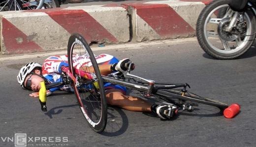 Tay đua Thúy Liên của Đồng Tháp nằm bất tỉnh trên đường sau khi bị té ngã tại Cup Biwase 2011. Đối với các tay đua nữ, để đến với xe đạp, họ không những chịu cực, chịu khổ mà phải hy sinh cả nhan sắc khi suốt ngày dầm mưa dãi nắng qua mọi nẻo đường.