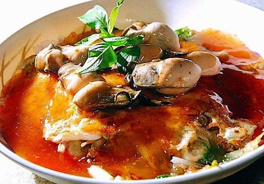 Trứng tráng sò điệp với lớp vỏ là trứng gà, nhân gồm sò, bột khoai tây, giá và rau diếp.