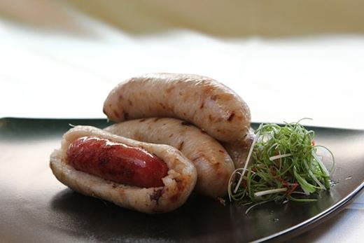 Xúc xích bao xúc xích với nhân là chiếc xúc xích thịt heo truyền thống, bao bên ngoài là chiếc xúc xích lớn làm bằng gạo nếp.