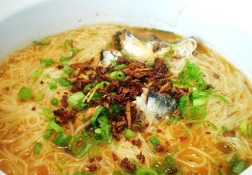 Bún hàu được dùng từ một loại bún đặc biệt của Đài Loan. Khi nấu bún sẽ chuyển thành màu nâu, dùng chung với hàu tươi và nước dùng đậm đà.