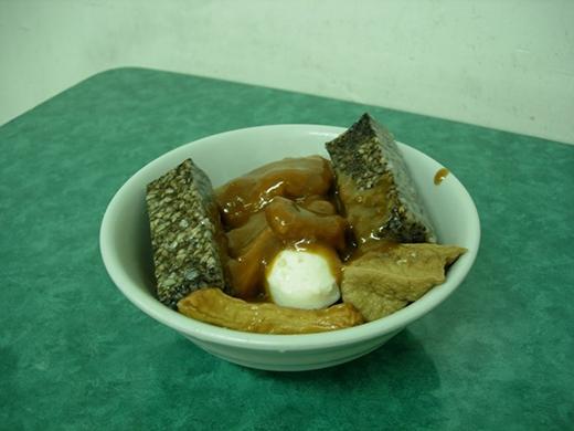 Tian Bu La gồm có cá xay nhuyễn rồi nặn thành nhiều hình thù khác nhau rồi mang đi chiên, sau đó được ngâm trong nước dùng chua ngọt. Chủ quán sẽ phục vụ bạn thêm một bát canh nhỏ để dùng cho phần nước sốt.