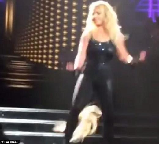 Britney Spears bị rụng tóc trên sân khấu