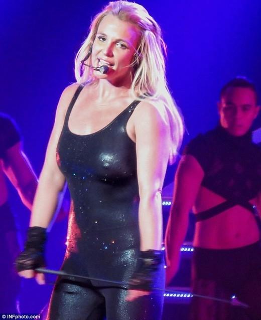 Britney vẫn bình tĩnh biểu diển sau sự cố rụng tóc